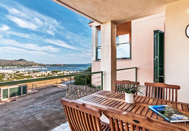 Terrasse mit herrlichem Blick auf die Bucht von Puerto Pollensa