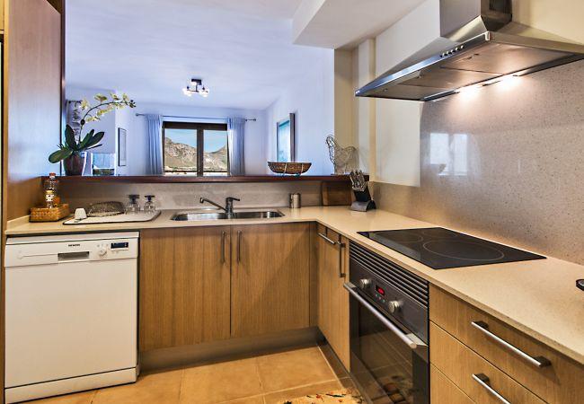 Möblierte und ausgestattete Küche mit Bergblick