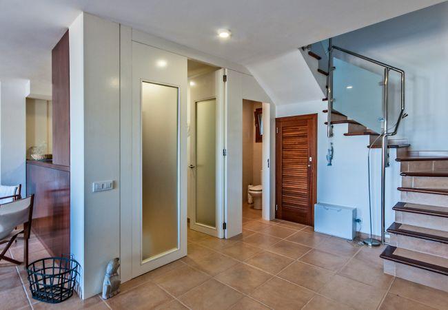 Toilette unter dem Treppenhaus und Küche