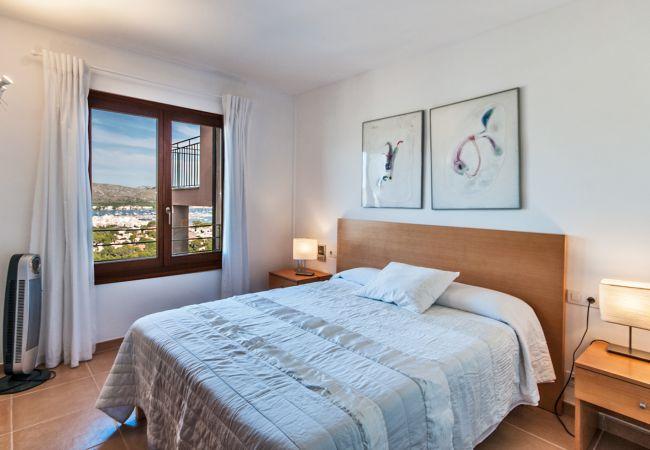 Geräumiges Schlafzimmer mit Bergblick