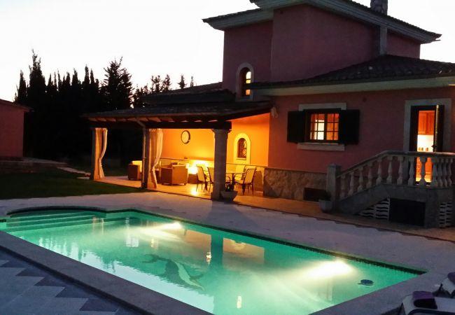 Porch und Pool mit Lichtern an