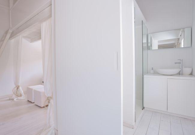 Badezimmer mit Waschbecken und Spiegel