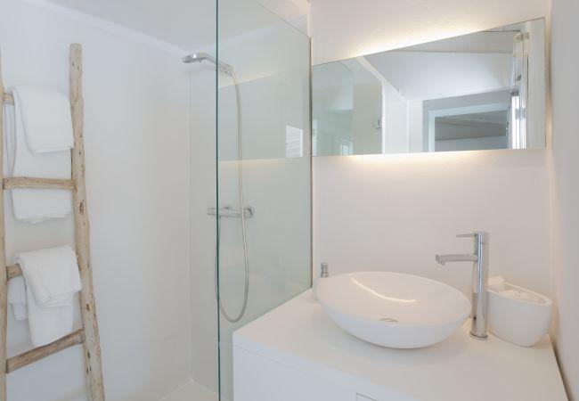 Dusche im Bad in Finca in Selva