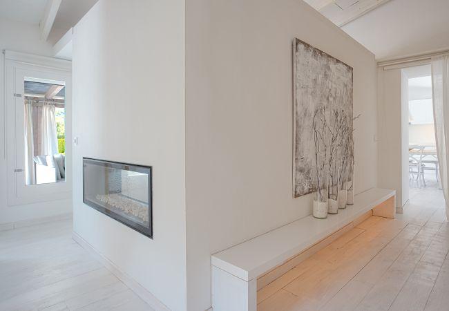 Moderner Kamin in der Mauer der Finca Casa Blanca