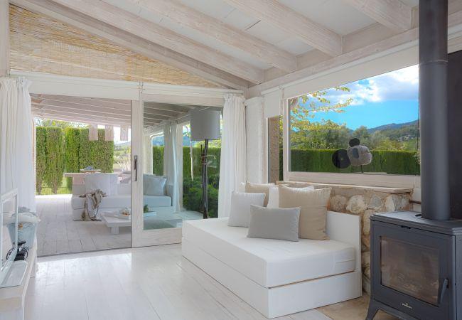 Wohnzimmer mit Zugang zur überdachten Veranda