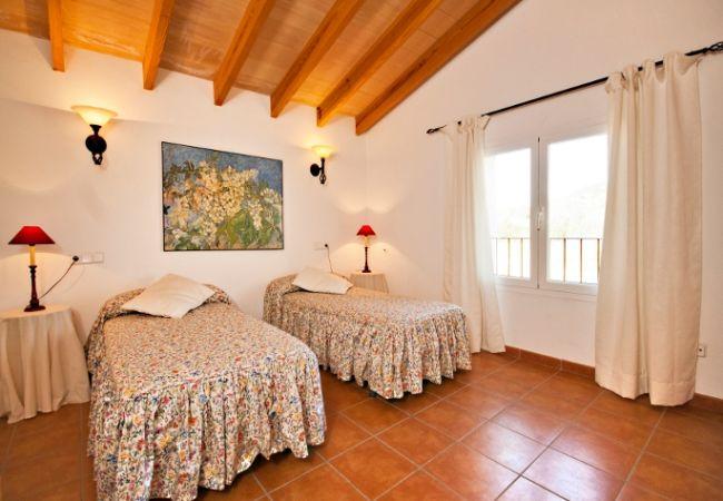 Schlafzimmer mit zwei Einzelbetten und Nachttischen