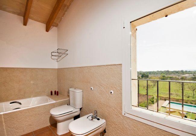 Badezimmer mit Blick auf die Landschaft