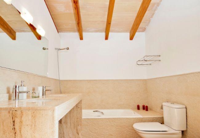 Badezimmer mit Badewanne und großem Spiegel