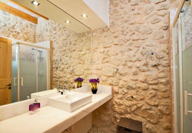 Badezimmer mit Waschbecken, WC und Dusche
