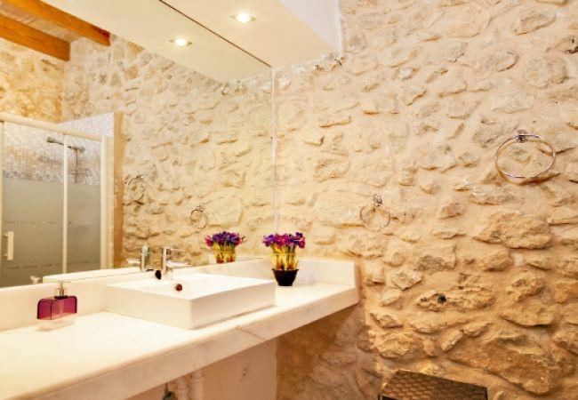 Badspiegel und Waschbecken