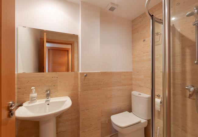 Badezimmer mit Dusche im Erdgeschoss der Maisonette C