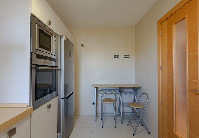 Ausgestattete Küche mit Tisch für 2 Personen