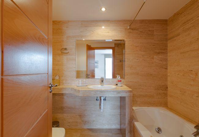 Badezimmer mit Badewanne im Hauptschlafzimmer
