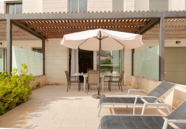 Überdachte Terrasse mit Zugang zum Wohnzimmer der Maisonette
