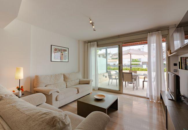 Wohnzimmer mit Sofas und TV SAT ASTRA