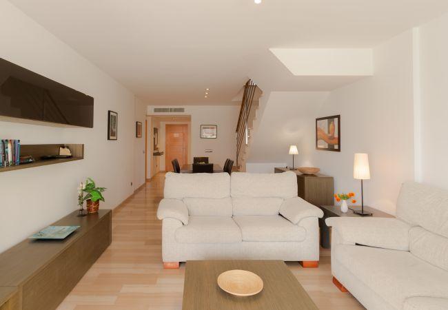 Sofas im Wohnzimmer der Wohnung mit Zugang zur Terrasse