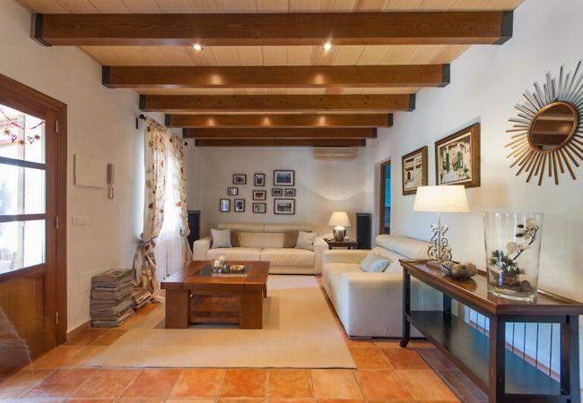 Wohnzimmer mit Sofas und Zugang zum Bad