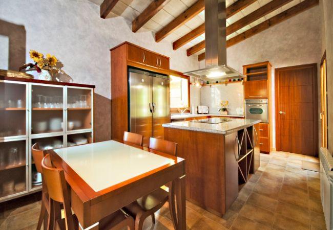 Voll ausgestattete Küche mit Tisch