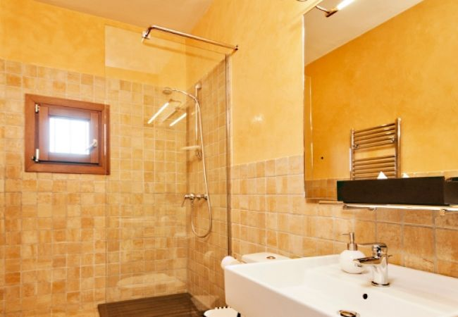 Große Dusche im Badezimmer