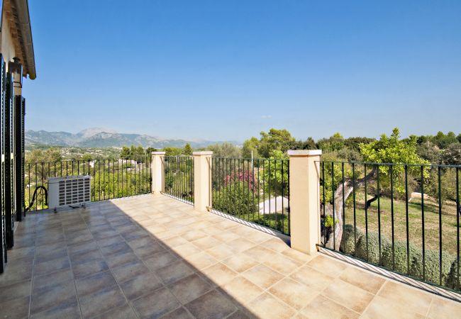 Terrasse mit spektakulärem Blick auf den Garten und den Berg
