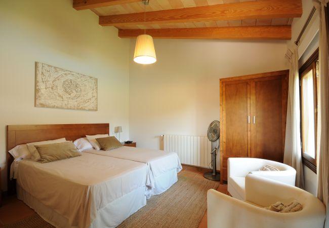 Schlafzimmer mit Heizkörper und Ventilator