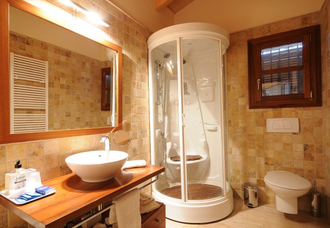 Badezimmer mit Duschwanne mit Sitz