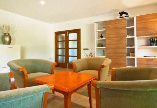 Wohnzimmer mit Sesseln und Couchtisch