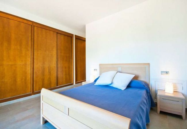 Doppelbett und großer Schrank