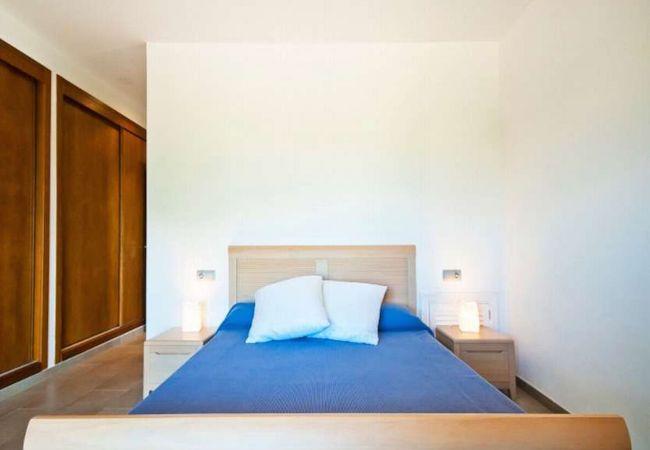 Großes Schlafzimmer für Paare mit Bettwäsche inklusive