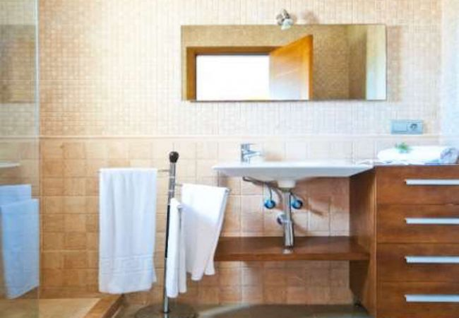 Badezimmer mit Waschbecken und Handtücher geliefert