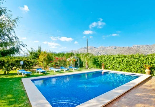 Pool mit Garten- und Bergblick