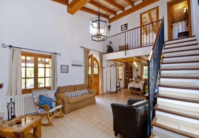 Eingang mit Sofas und Treppenhaus