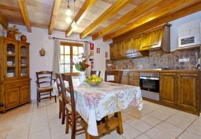 Schöne Küche mit Backofen, Mikrowelle und Tisch