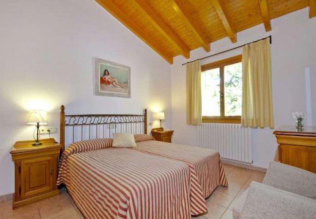 Schlafzimmer mit zwei Einzelbetten mit Sessel