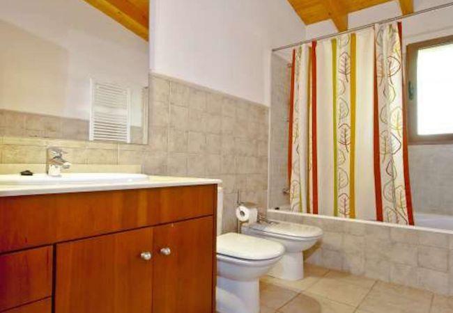 Badezimmer mit großem Spiegel, Badewanne, WC und Bidet