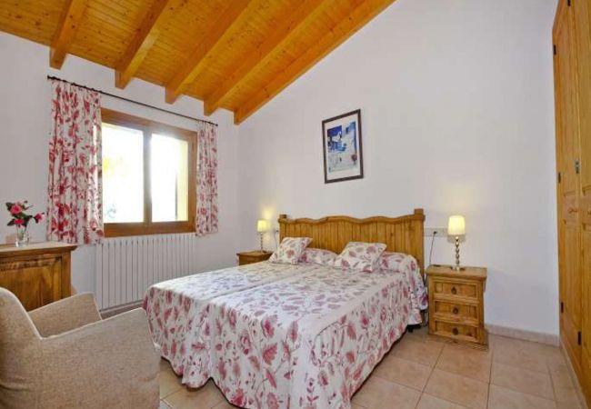 Schönes Zimmer für Paare mit Sessel