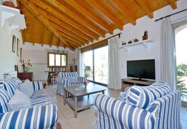 Wohnzimmer mit Sofas und Sesseln mit TV