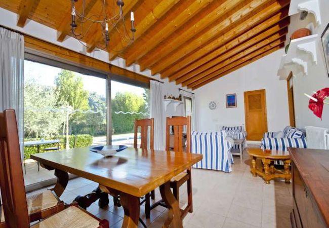 Wohnzimmer mit Esstisch für 6 und Gartenblick