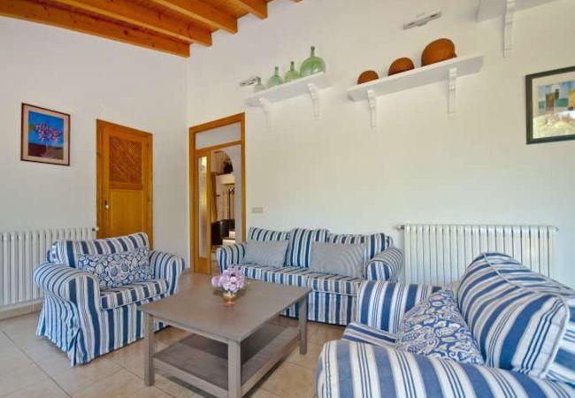Wohnzimmer mit Sofas und kleiner Tisch