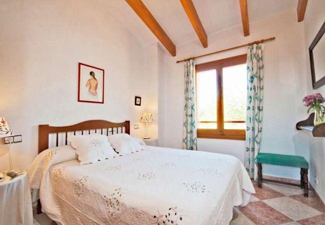 Schlafzimmer mit großem Bett für 2 Personen