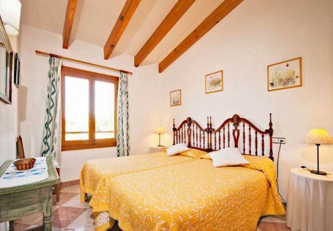 Einzelne Betten mit Bettwäsche und Handtücher inklusive