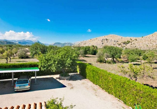 Schöne Aussicht auf die Berge und Parkplatz im Haus