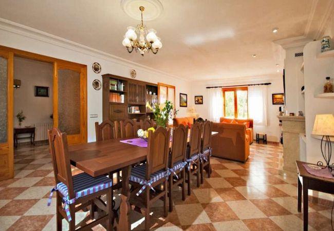 Wohnzimmer mit Tisch, Sofas und TV
