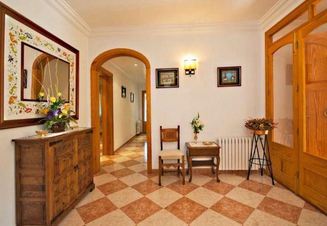 Eingang mit Holztür mit Fenstern
