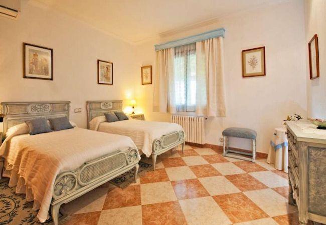 Zimmer mit Heizkörper und Kommode für Kleidung