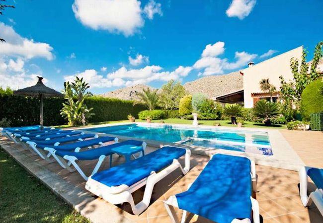 Liegestühle am Pool mit Blick auf die Serra de Tramuntana