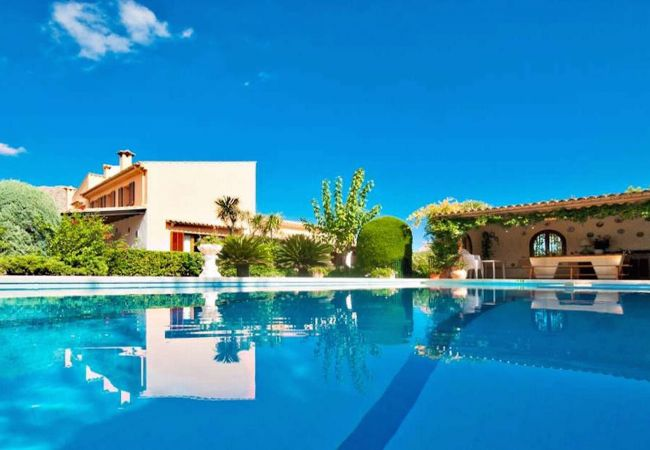 Grill, Pool und Fassade in Pollensa