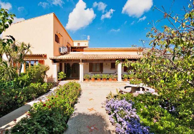 Fassade und Garten des Hauses