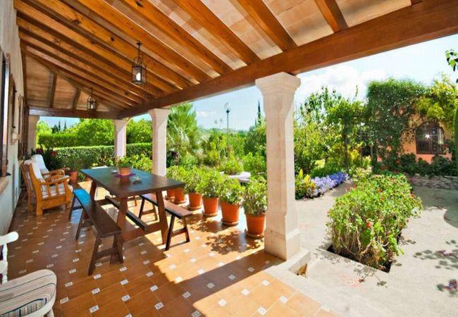 Veranda mit Esstisch vor den Gärten