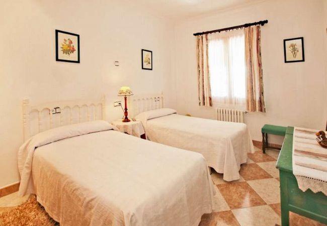 Zwei Einzelbetten neben Heizkörper